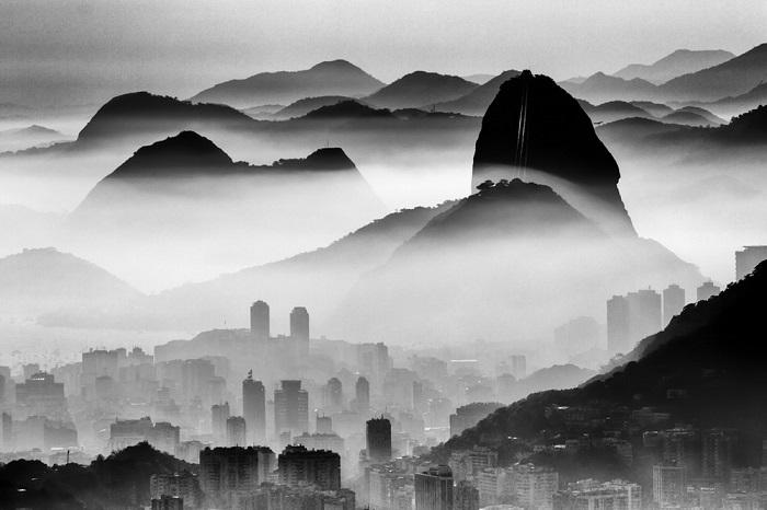 1-е место в категории «Пейзажи» присуждено бразильскому фотографу Андре Мело-Андраде (Andre Melo-Аandrade), запечатлевшему город в утреннем тумане.