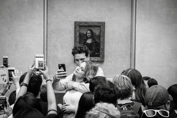 Первым в номинации «Люди» стал французский фотограф Пьер Форе (Pierre Faure) со снимком фотографирующихся посетителей музея.
