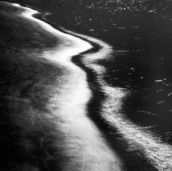 2-е место в номинации «Абстракция» присуждено австралийскому фотографу Михай Флореа (Mihai Florea), запечатлевшему береговую линию острова Сэнди-Пойнт.