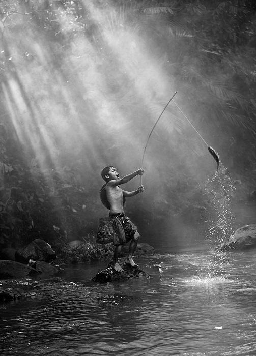 Третьим в номинации «Люди» признан индонезийский фотограф Пимпин Нагаван (Pimpin Nagawan) за снимок мальчика-рыбака с уловом.