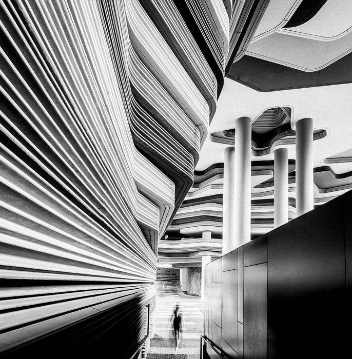 1-е место в номинации «Архитектура» занял фотограф Майк Холмен (Mike Hollman) из Новой Зеландии со снимком городских линий, напоминающих о каньонах Аризоны.