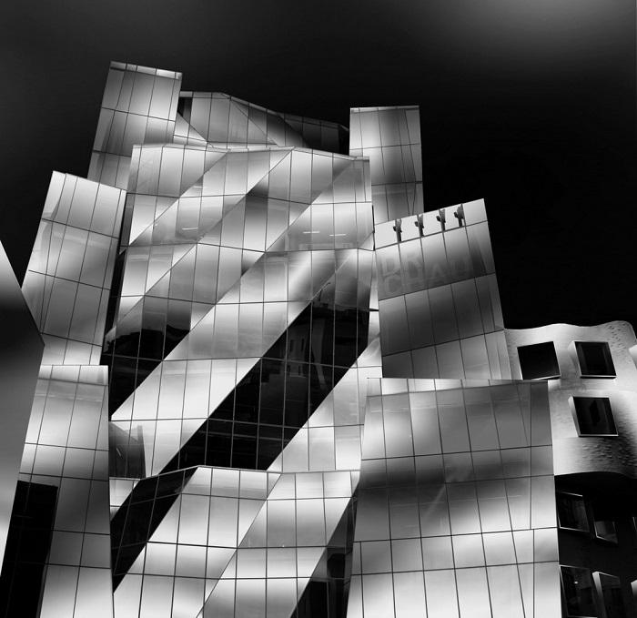3-е место в номинации «Архитектура»  присуждено австралийскому фотографу Сяопину Сонгу (Xiaopeng Song) за снимок здания, спроектированного Фрэнком Гери.