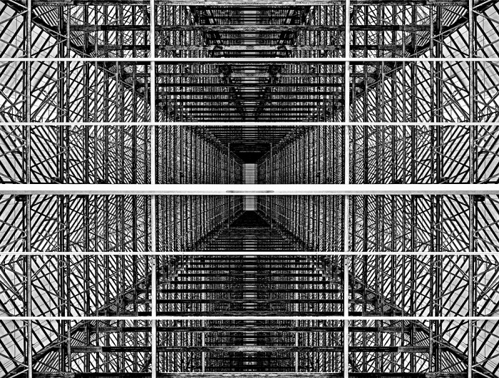 2-е место в номинации «Концептуальное фото» занял фотограф Штеффен Эберт (Steffen Ebert) из Германии, запечатлевший металлическую структуру теплицы.