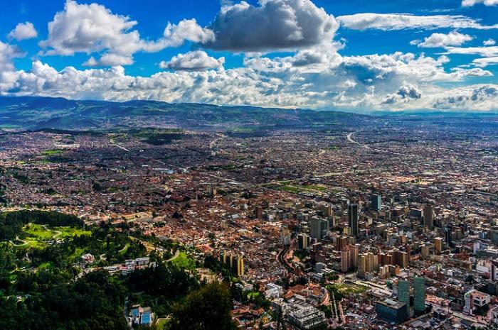 Богота лежит в долине между гор, на высоте 2000 метров, почти на экваторе.