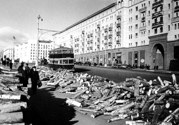Привезённые дрова помогали жителям Москвы пережить суровую зиму 1942 года.