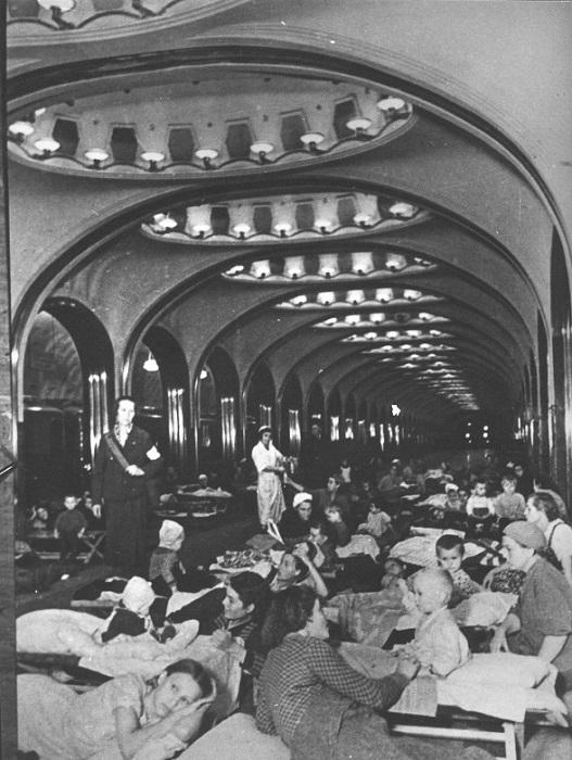 Женщины с детьми в бомбоубежище на станции московского метро «Маяковская».
