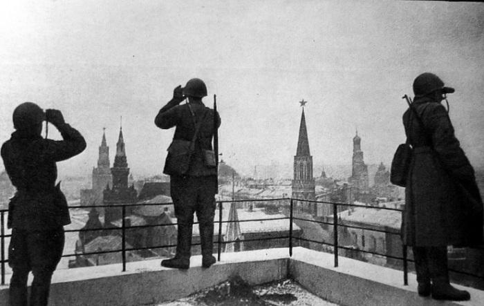 29 марта 1942 года на территорию Кремля упала последняя бомба.