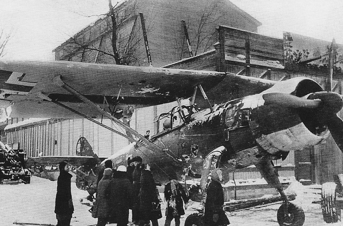 Трофейный самолет Хеншель 126 на выставке в Москве.