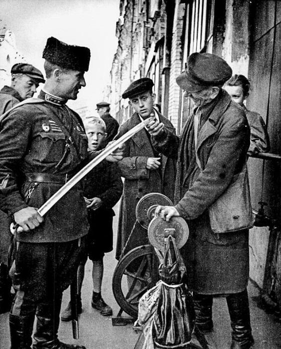 Точильщик на Никольской улице.