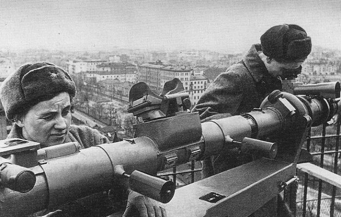 Наблюдатели на крыше здания.