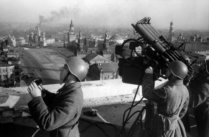 Пулемётная установка на крыше гостиницы «Москва».