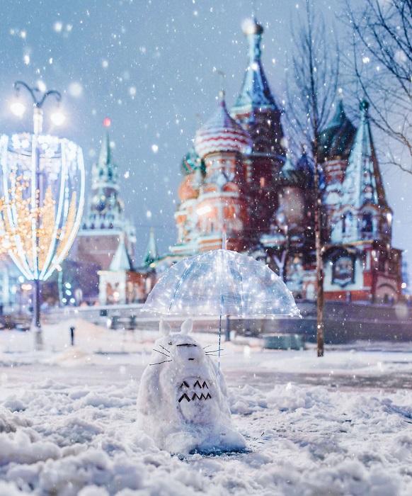 Снежный Тоторик с зонтом, оставленным прохожим.