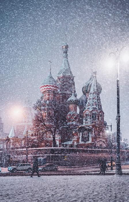 А с небес все летит и летит белый снег.