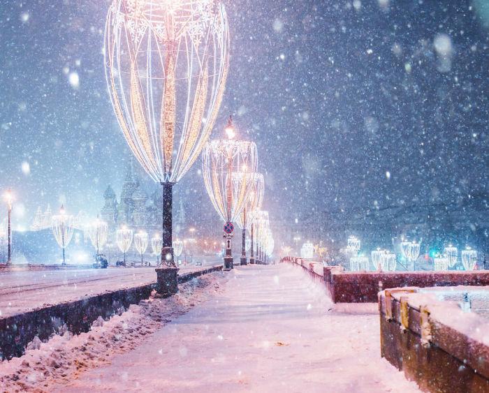 Снежное убранство ночных улиц столицы завораживает своей красотой.