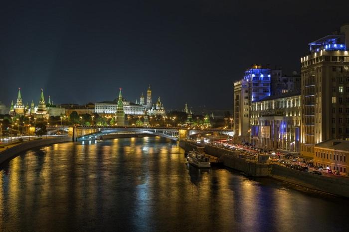 Любимый уголок столицы, красиво освещенный в тёмное время суток.