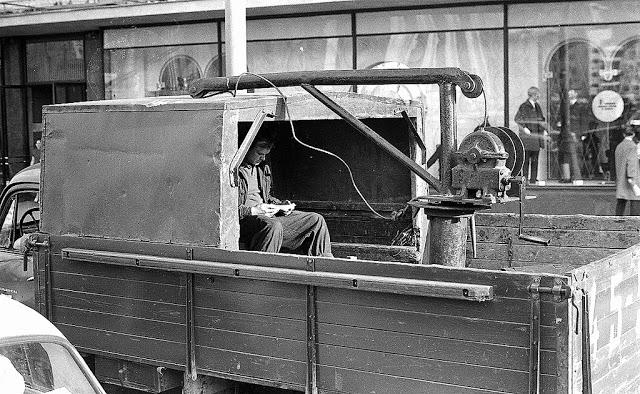 Машина с укрытием для перевозки рабочих.