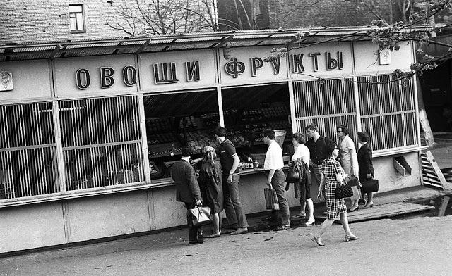 Покупка овощей и фруктов в небольшом летнем магазине.