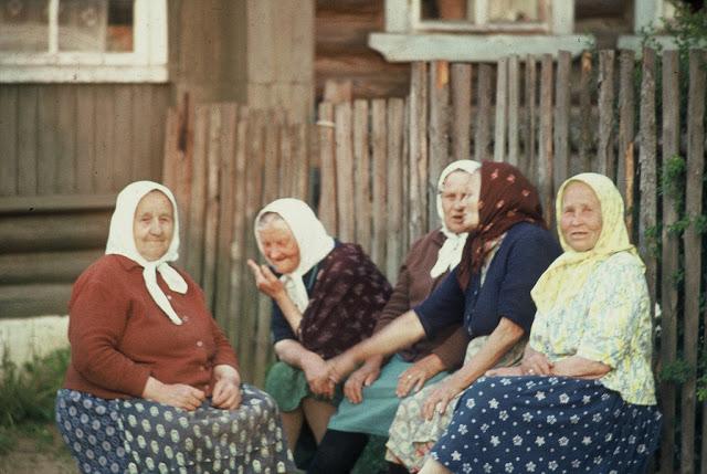 Бабушки за обсуждением последних новостей.