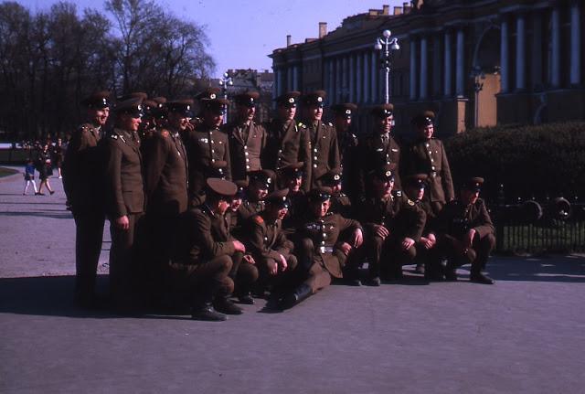 Прогулка военных по Москве во время увольнительной.