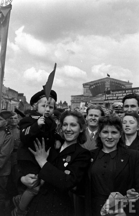 Жизнерадостные демонстранты на первомайском параде, 1947 г.