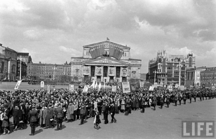Демонстранты около Большого театра, 1947 год.