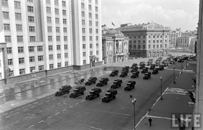 Показ военных машин во время первомайского парада 1947 года в Москве.