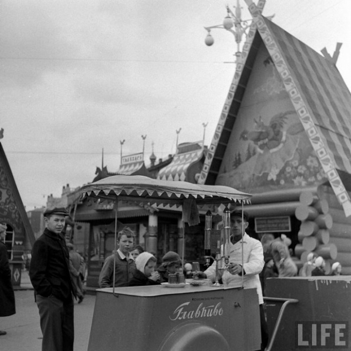 Пиво любили всегда. Весенний базар, Москва, 1947г.