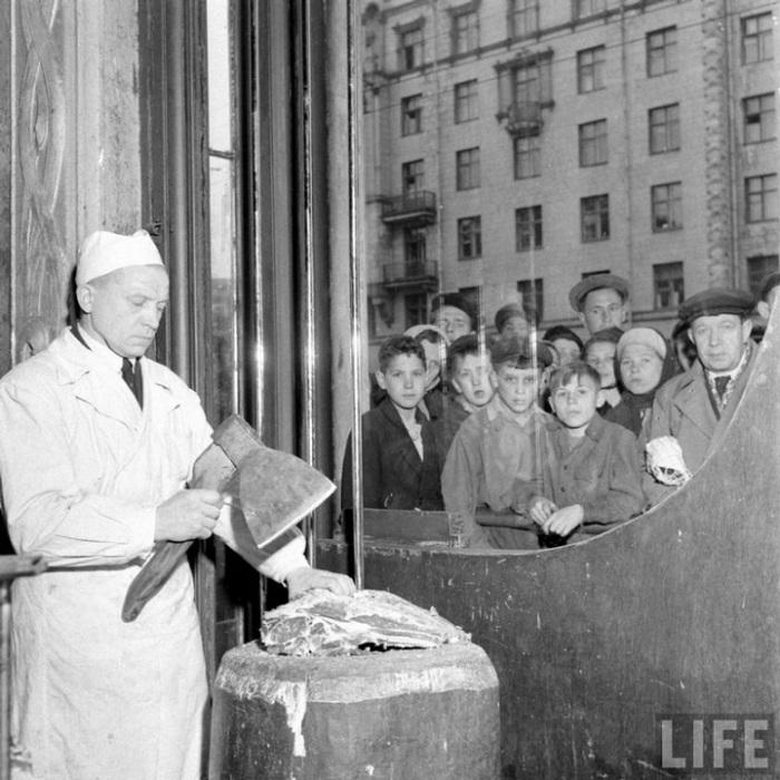 Мясной отдел Елисеевского гастронома, Москва, 1947г.