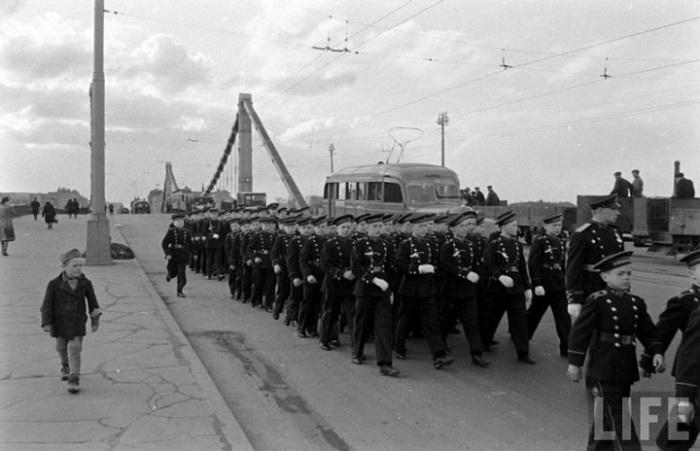 Тренировка к прохождению торжественным маршем на первомайском параде, 1947 год.