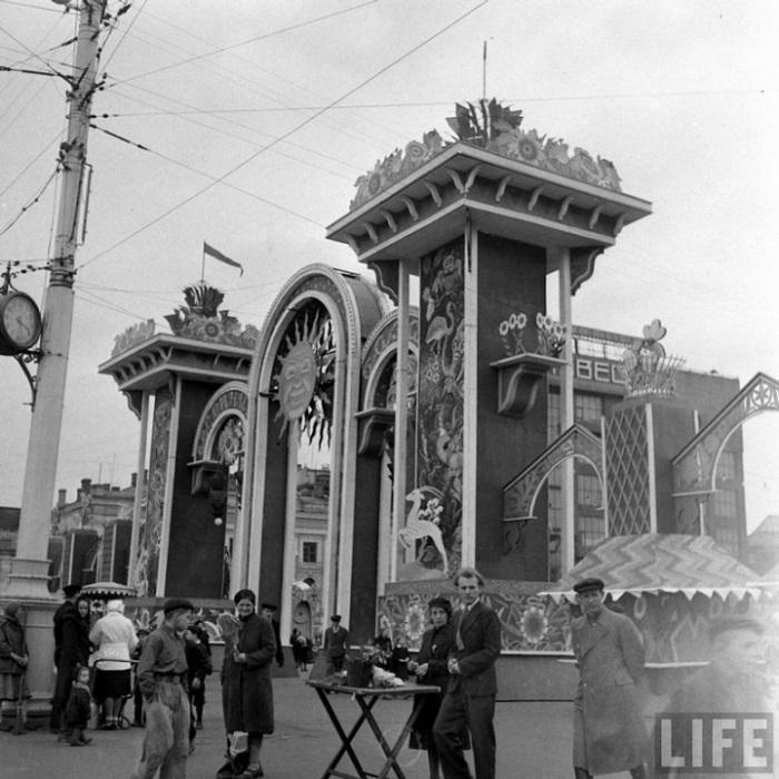 Продавцы перед входом в Весенний базар, Москва, 1947 г.