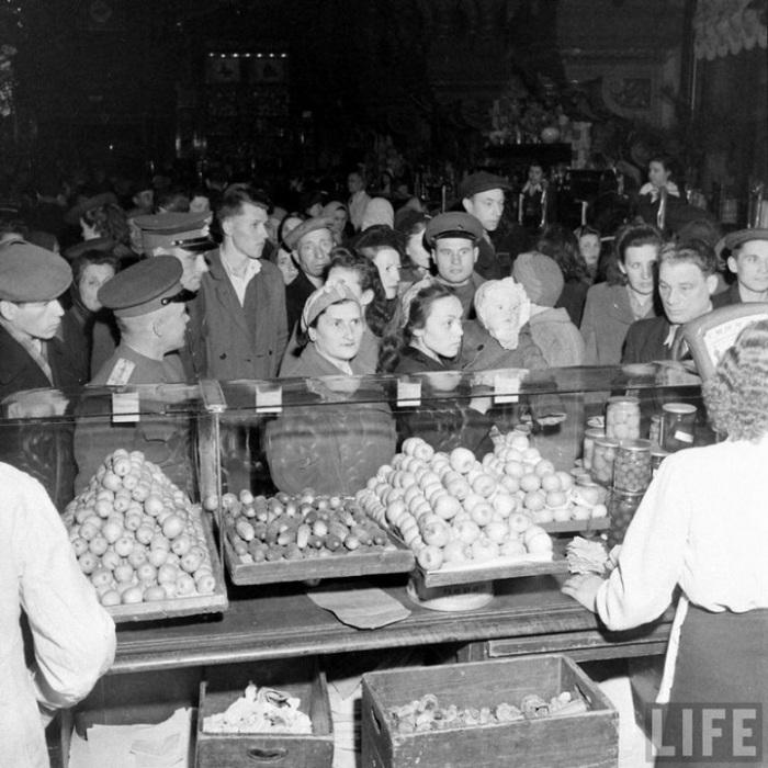 Овощной отдел Елисеевского гастронома, Москва, 1947г.