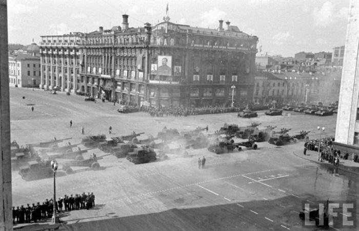 Военная техника на первомайском параде в 1947 году.