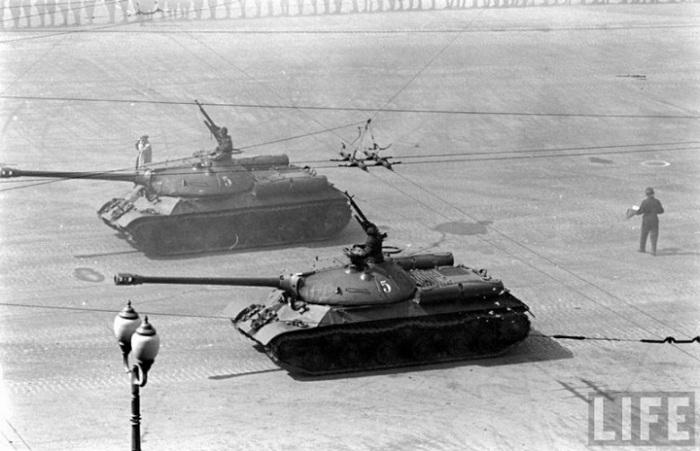 Танки на Красной площади во время первомайского парада, 1947 год.