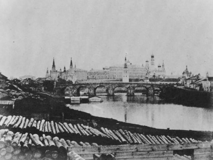 Уникальный памятник архитектуры, который уничтожили в 1858 году, а на остатках старых опор построили новый железный мост, который в 1938 году заменили на ныне существующий.