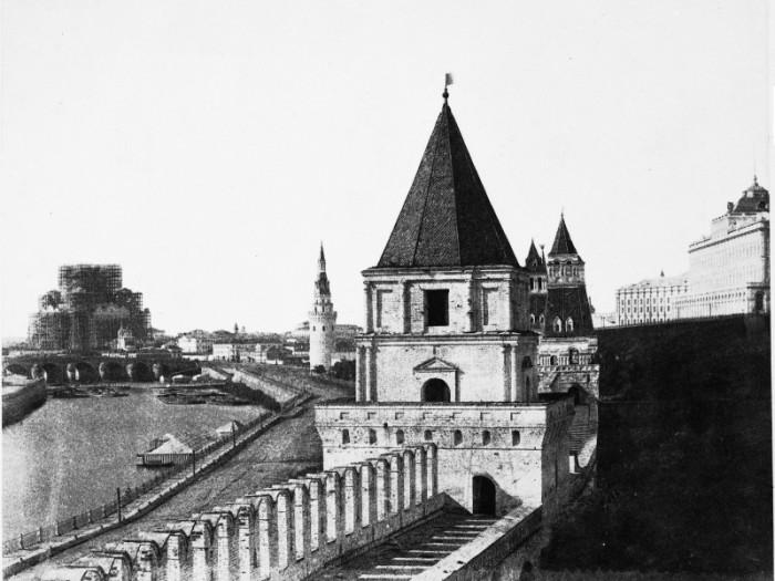 Вдали можно наблюдать строительство Храма Христа Спасителя. Снимок был сделан на вощеной бумаге.