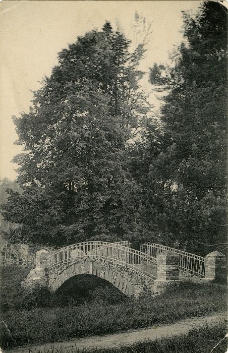 Каменный арочный мостик. Россия, Кузьминки.