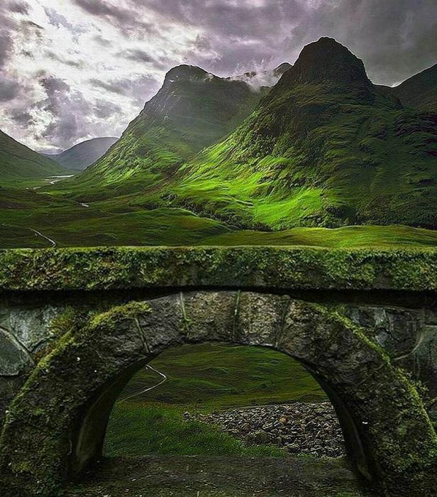 Суровая красота горного ландшафта усиливается связанными с этими местами печальными событиями 13 февраля 1692 года, известными как «резня в Гленко».