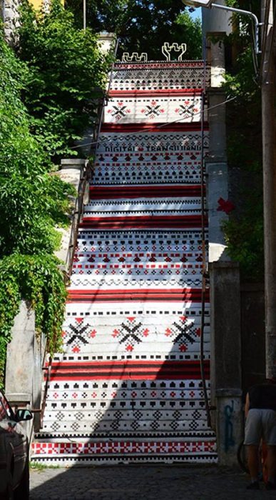 Одна из самых высоких лестниц в городе Тыргу-Муреш расписана в национальном стиле.