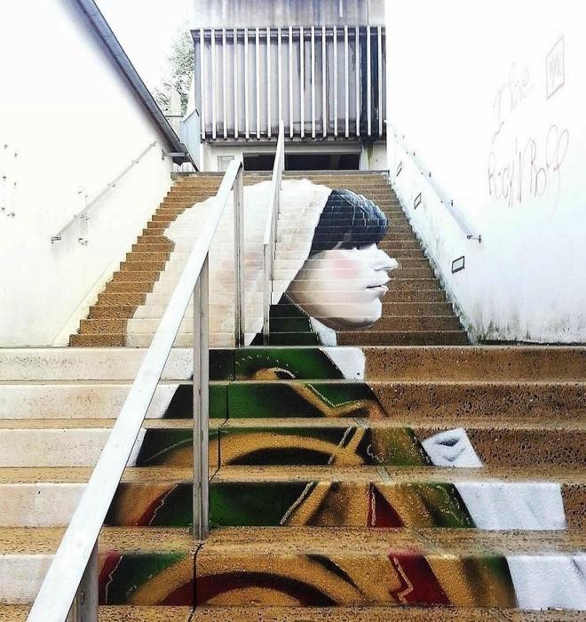 Портрет женщины который нарисован на ступеньках лестницы выполнен стрит-арт художниками из Франции.