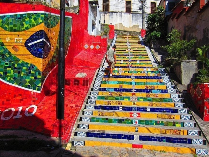 Великолепная яркая лестница в Бразилии.