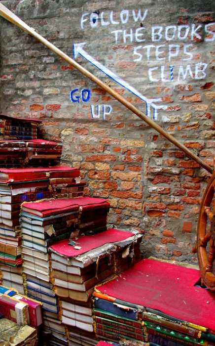 Лестница из книг одного из самых потрясающих книжных магазинов во всем мире, который по совместительству также является и библиотекой.