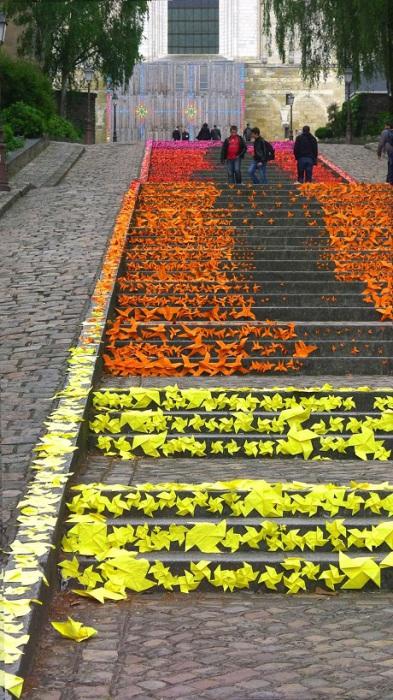 Лестница, покрытая оригами.