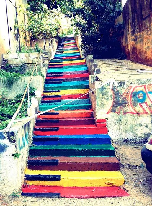 Ступеньки в виде радужного пианино.