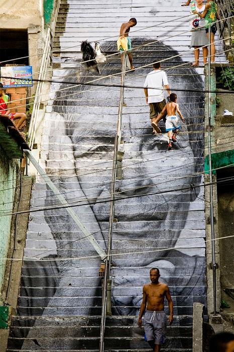 На лестнице в Рио-де-Жанейро представлен портрет из проекта «Women Are Heroes».