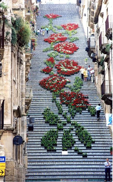 Ежегодно 25 июля в честь дня святого заступника города Сан-Джакомо лестницу украшают цветами и свечами так, чтобы создать рисунок размером в несколько десятков метров.