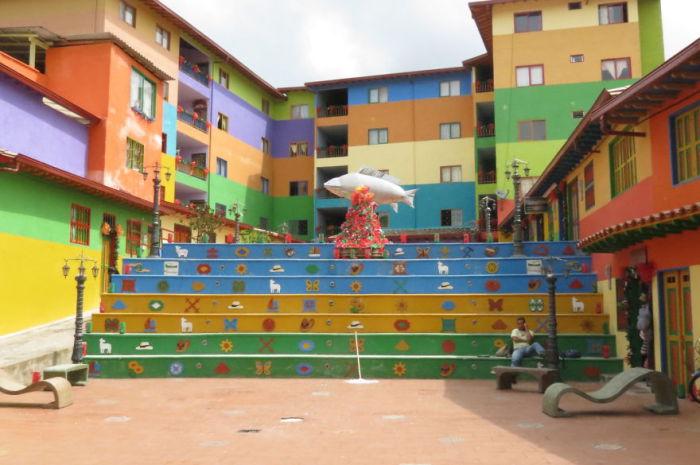 Жители двора разрисовали лестницу в разные цвета, чтобы их двор был более ярким и красочным, а на её вершине установили скульптуру рыбы.
