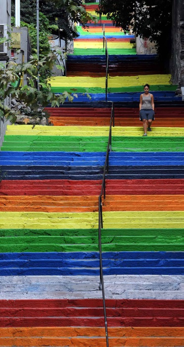 Радужные ступеньки длинной лестницы.