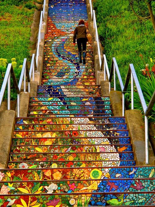 163 ступени лестницы «The Tiled Steps» украшены яркой мозаикой, на которых можно рассмотреть причудливые цветы и деревья, птиц, морских и лесных обитателей.