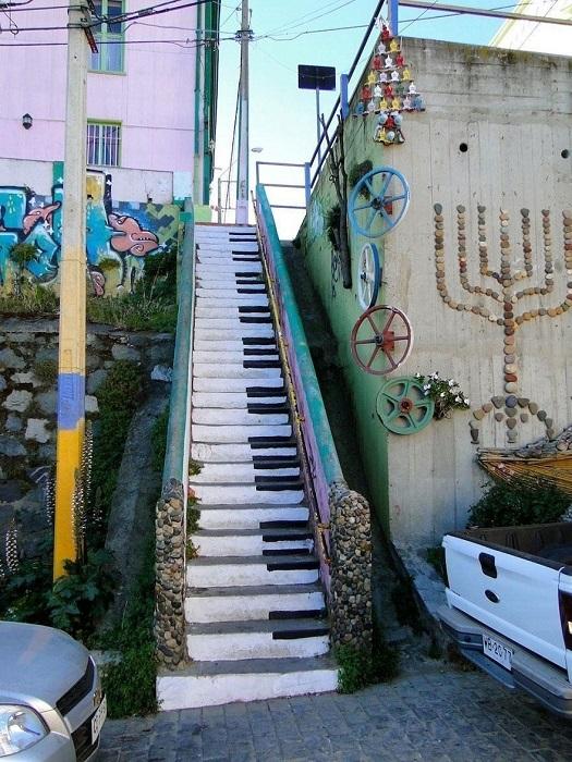Ступени, раскрашенные как клавиши пианино.