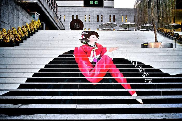 Лестница, изображающая классическую кореянку, ведет прямо к входу в знаменитый сеульский музыкальный театр.